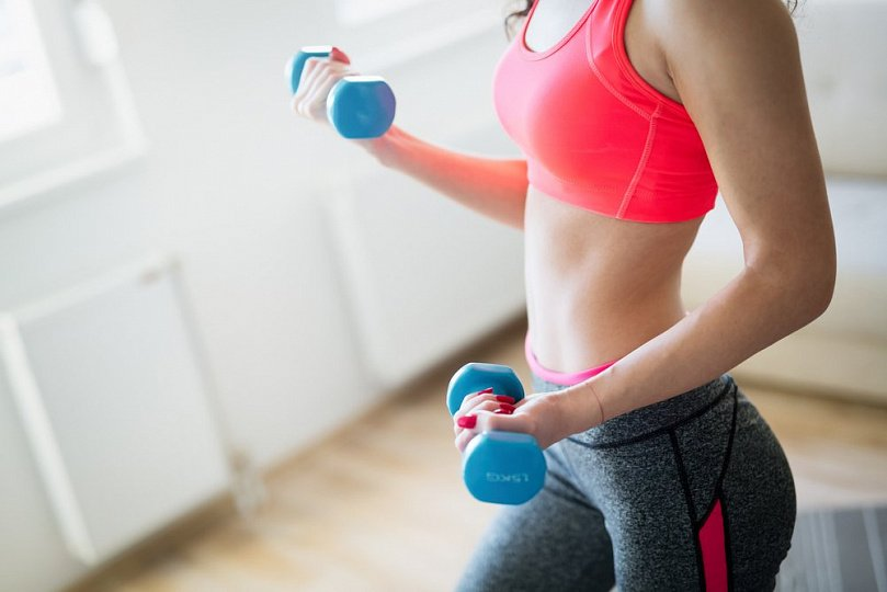 Women's fitness rules: exercise with dumbbells
